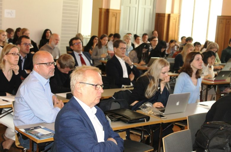 AI-seminaarin yleisöä
