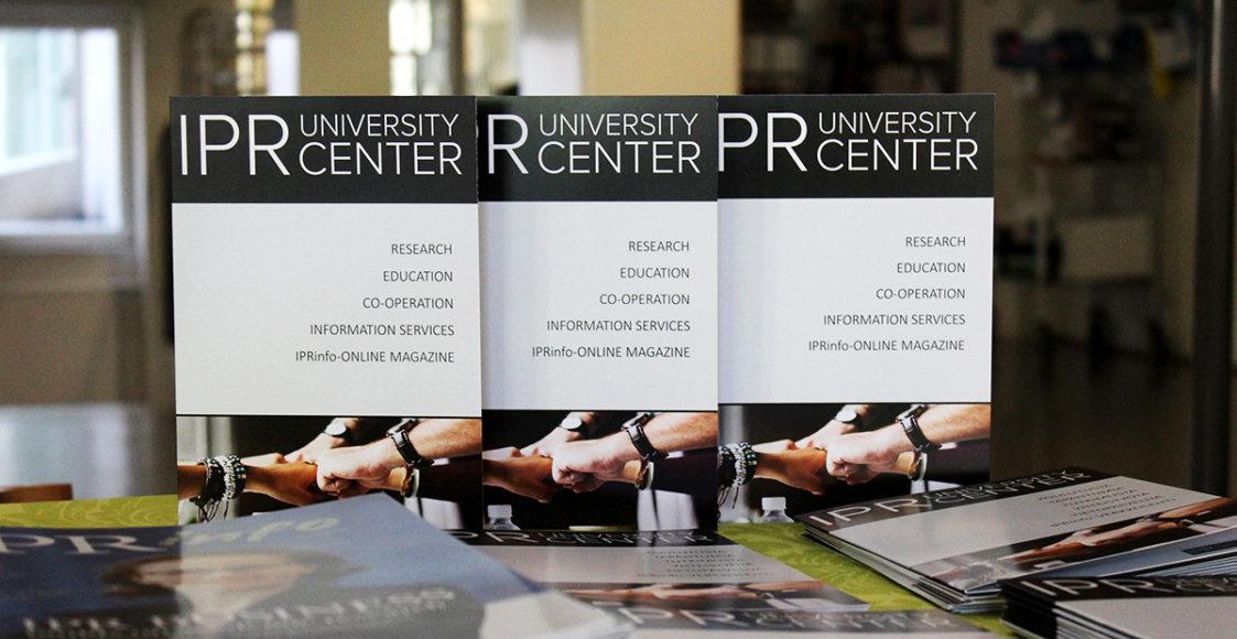 IPR University centerin esitteitä rivissä