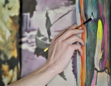 taiteilija maalaamassa