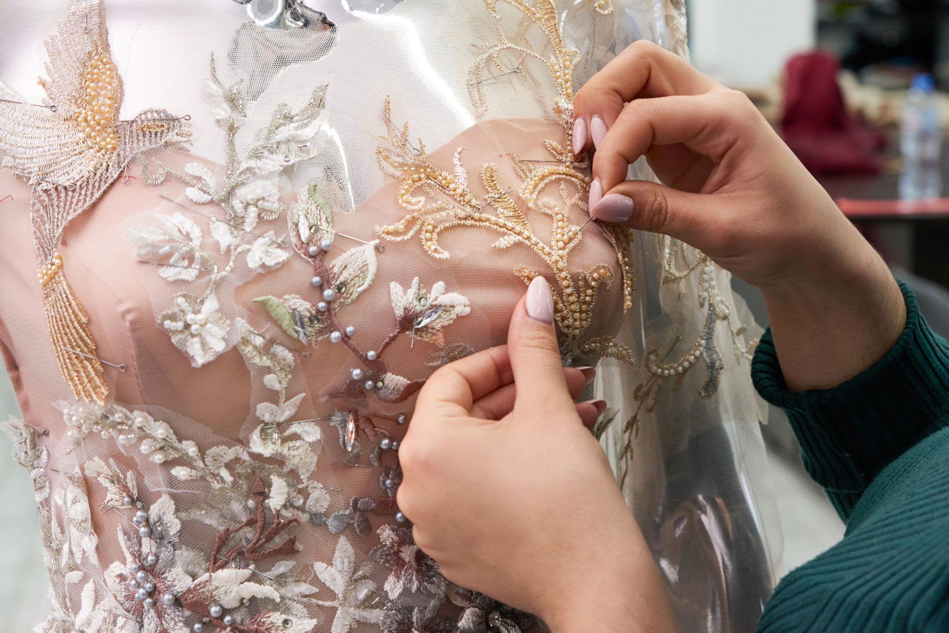 Mekon koristelua käsin ompelemalla