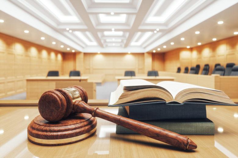 oikeussali, vasara ja lakikirja