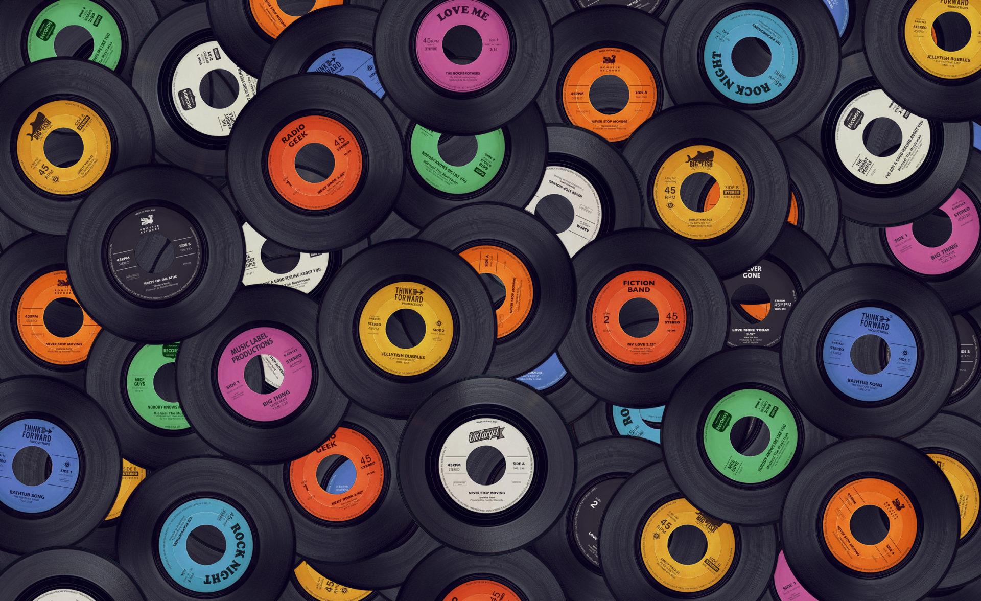 Paljon vanhoja lp-levyjä kasassa päällekäin