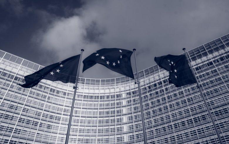 Kolme EU:n liehuvaa lippua komission edessä Brysselissä